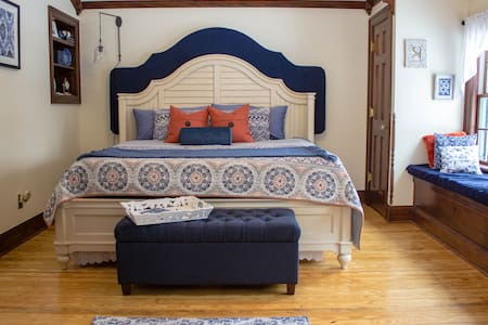 Stylish comfort in a spacious B&B. - Leonard