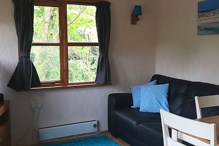Newly renovated cabin in 1 acre garden f/parking