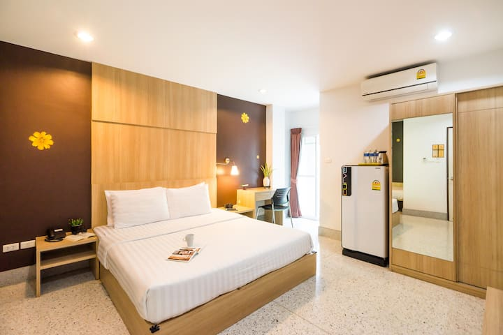 24 HRS Front desk with Clean Family room in Siam