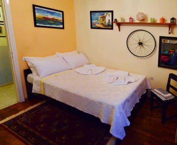 Μοντέρνο δωμάτιο με θέα, με διπλό κρεβάτι. Modern room with view with double bed.