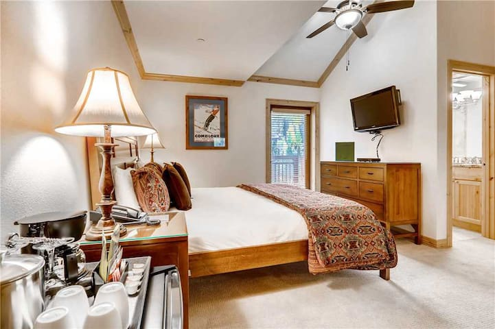Mountain view room in ski-in/ski-out complex w/ shared pool & hot tub