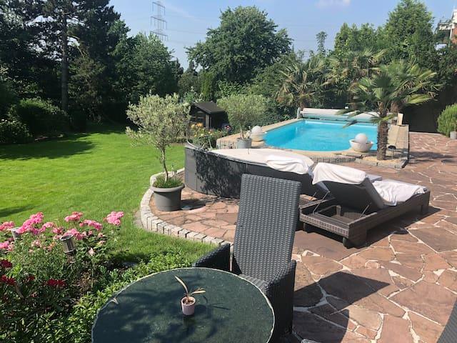 Luxus-Villa am See mit Pool nahe Rhein bei D'dorf