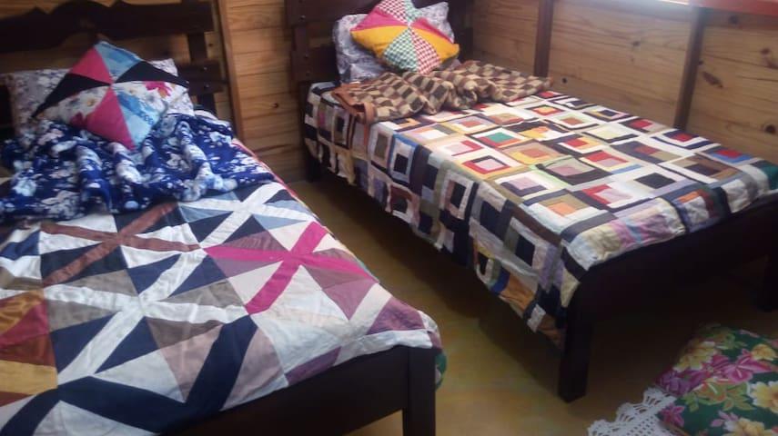 Quarto com duas camas(b)