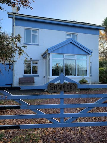 Sandford Holiday Cottage - metres from the beach