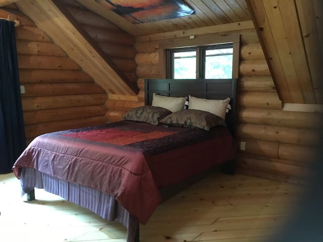 Upstairs log room - C - Crescent City - กระท่อม
