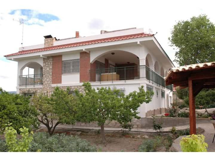 Chalet en Busot con 5 dormitorios y piscina!