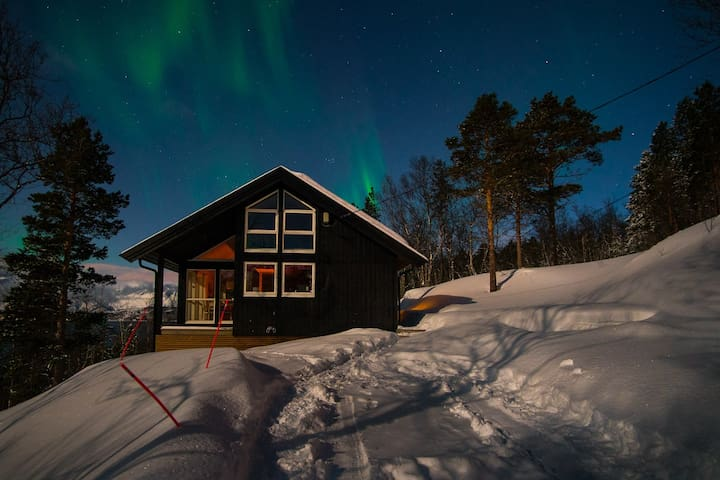 Warm and cosy cabin with a great view in Malangen