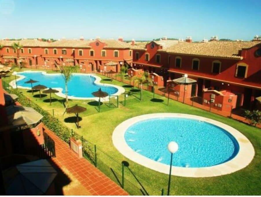zonas comunes de baño de la urbanización con piscina lago y piscina para bebés.