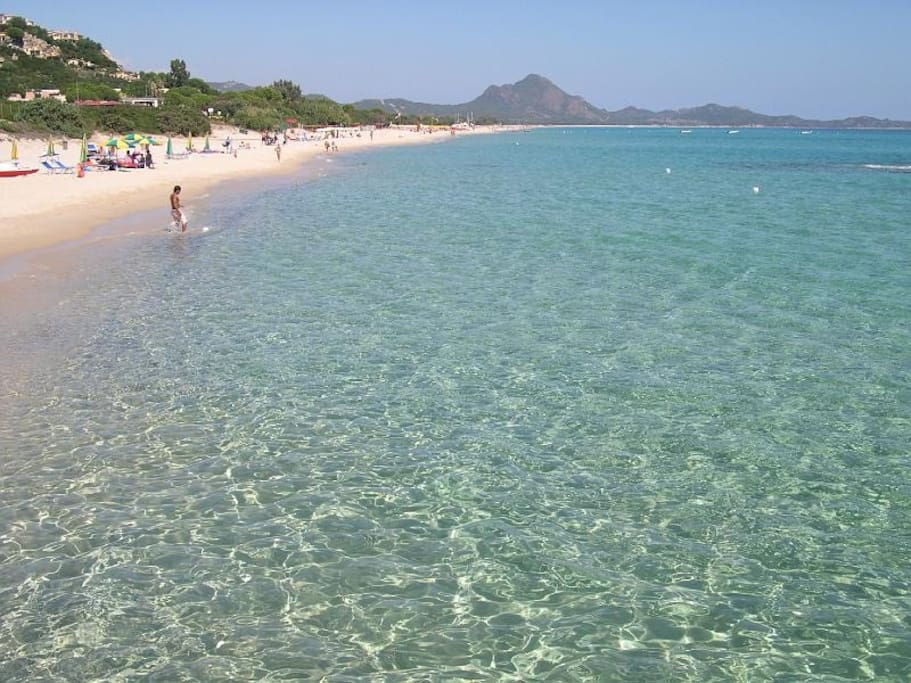 The beach of Piscina Rey, 10 minutes on foot from the villa, is wide, calm, with clean and fresh water. Ideal for relaxing as a couple or playing with kids and stay with the family