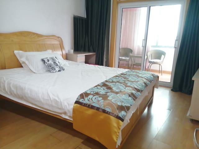 主卧室,1.8米宽的实木床,高档床上用品,隔音门