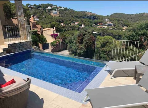Private 2 bedroom flat with feature pool & seaview
