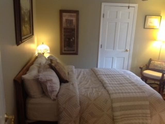 Quaint double bedroom in large country home. - Harvard