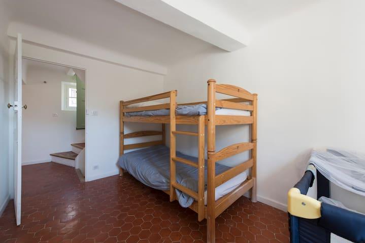 4ème chambre avec lit parapluie au 3ème étage