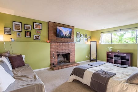 Large room with queen bed in Lower Lonsdale home - House