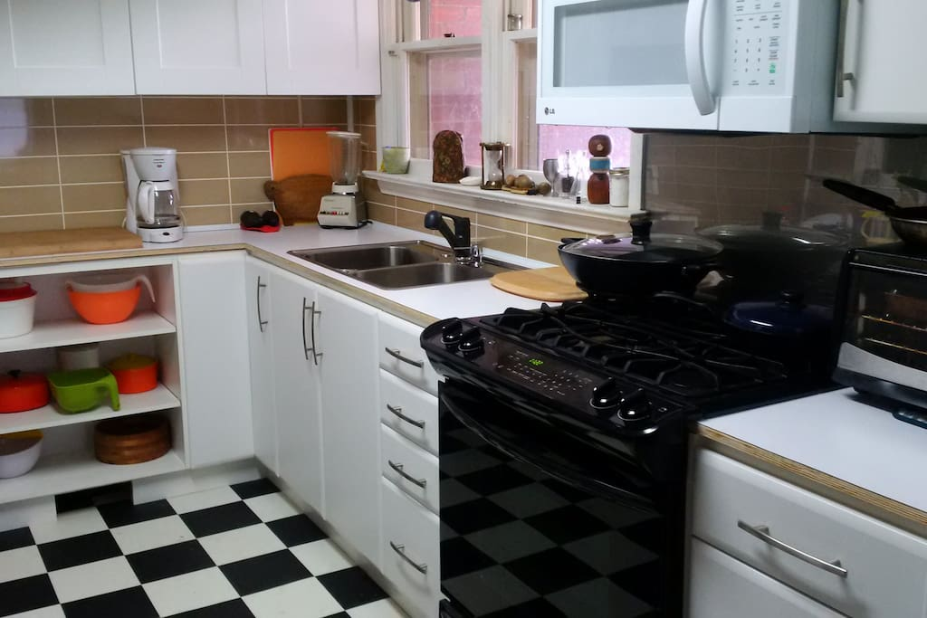 Fully equipped kitchen with high end gas cooker