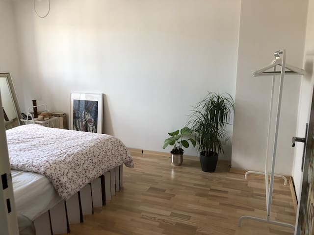 Cozy room with comfortable bed in central location
