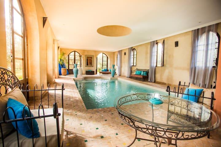 La piscine intérieure 8mx4m chauffée à 30°