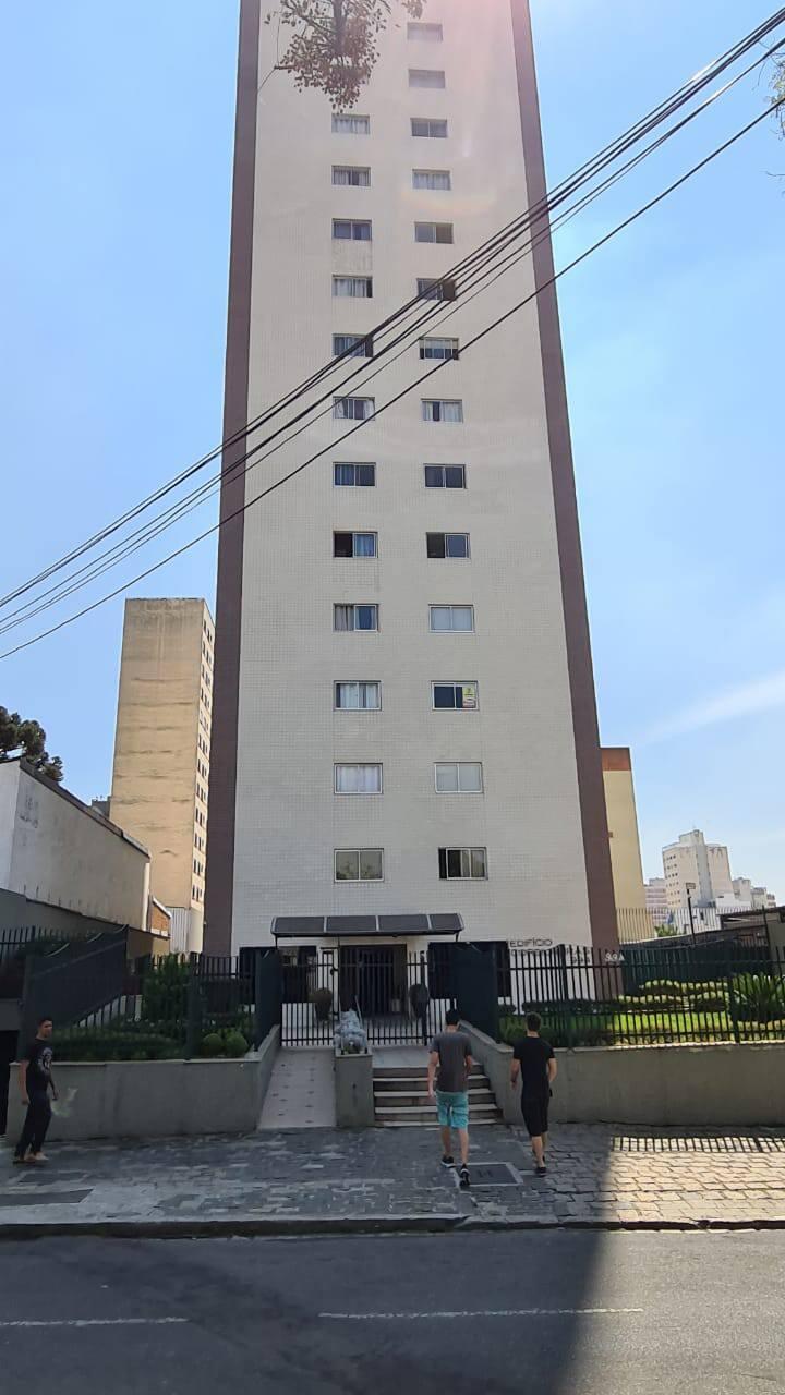 Espaçoso Apartamento no Centro de Curitiba