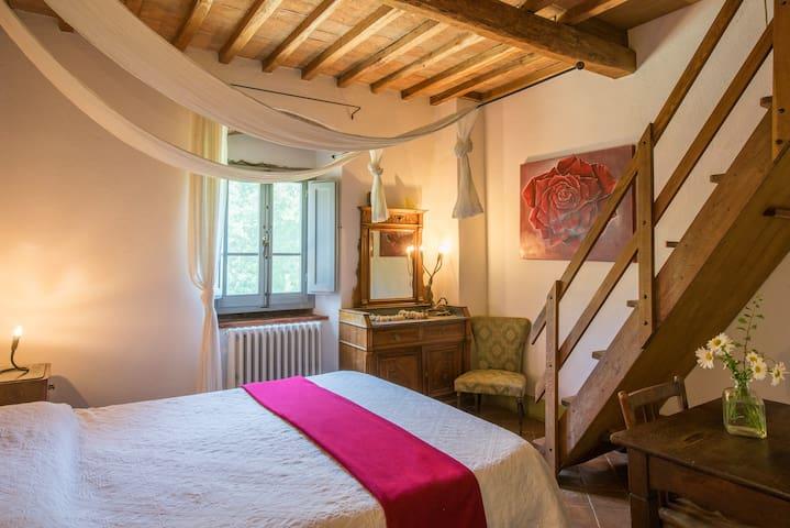 Bellis: First floor queen bedroom with en-suite bathroom with tub
