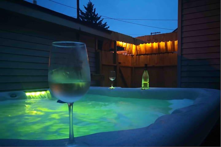 ⭐A Hidden Gem⭐ 1bd Apt w/ private outdoor Hot Tub!