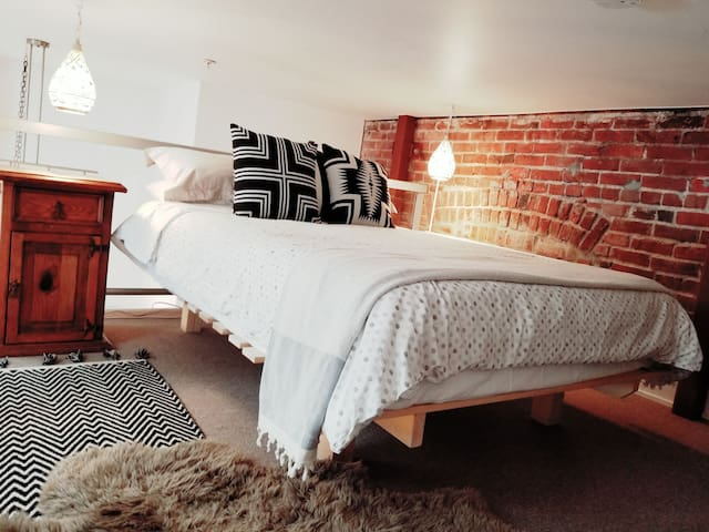 Soft sheets, incredibly comfortable mattress. Moroccan reading lamps. Even though this loft is downtown. It is situated towards the back of the building, making it an incredibly quiet sleep.