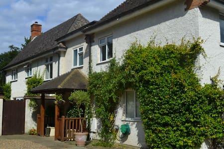 Vine House, central Chobham, Surrey - Chobham - Ev