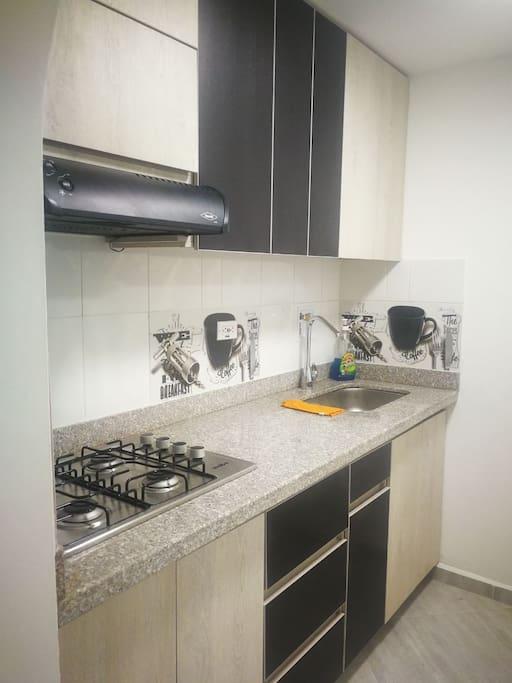 Una cocina inteligente, con excelente iluminación directa e iluminación indirecta y muy bien dotada