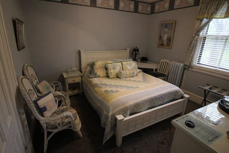 Single Room with Queen Bed - Amherst - Bed & Breakfast