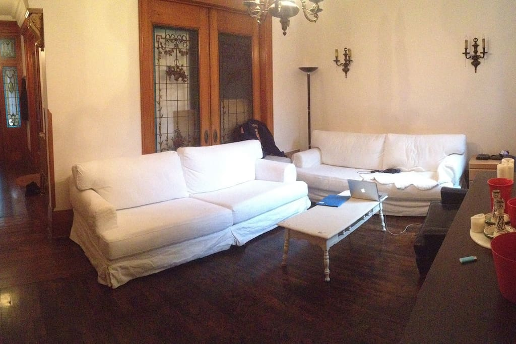 Here is our living-room : notre beau salon qui s'améliore chaque semaine un peu plus. Every week a little better!