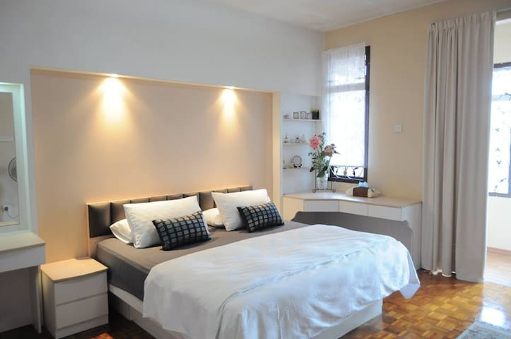 Green Deluxe Room: Air Conditioner Hot Water King size bed with extra mattress (strictly No cooking and Ironing in the room)