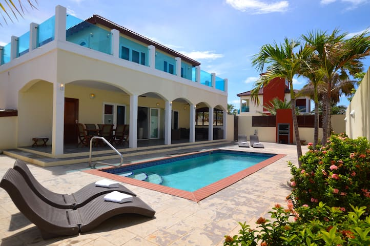 Private Luxury Villa & Pool walk to Palm Beach!