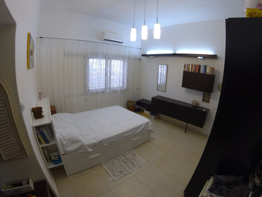 very big bedroom with a queen size bed and gigantic closet (on the right of the picture)