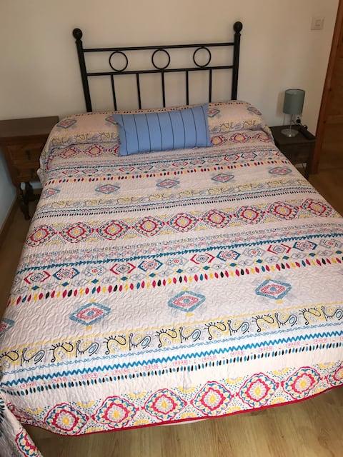 Potes Centro.Habitación cama 135x190, TV y baño.