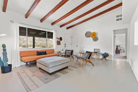 Hilltop Hideaway, a Joshua Tree Retreat