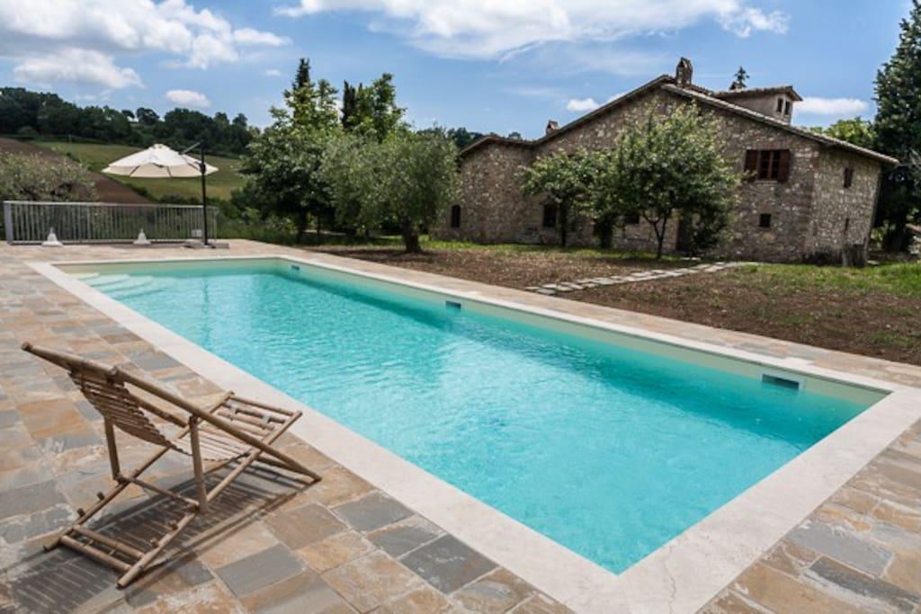 Il casale e la piscina