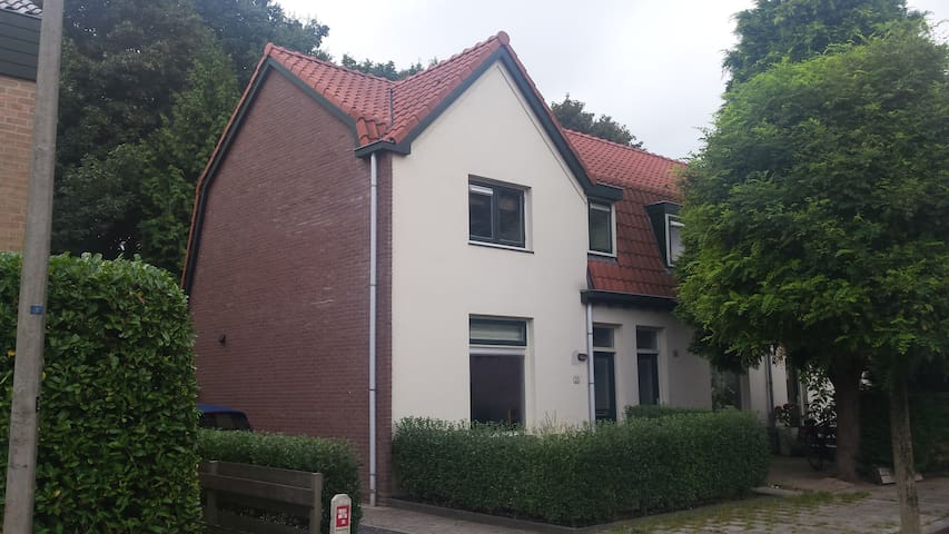 Spacious house next to the station with garden - Bussum