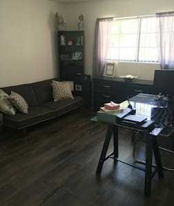 Quiet and Cozy Toluca Lake 1 Bedroom/Private Bath - Los Angeles