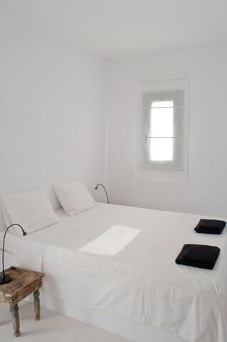 Le lit double dans la chambre / The double bed in the room