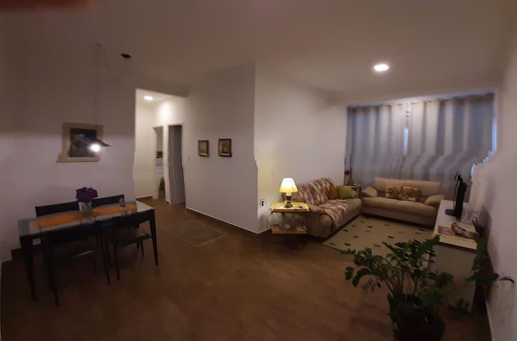 Sala ampla e bem arejada