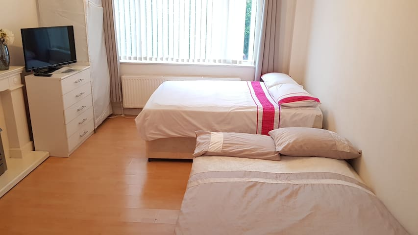 Best Large Double Room With Parking + WIFI