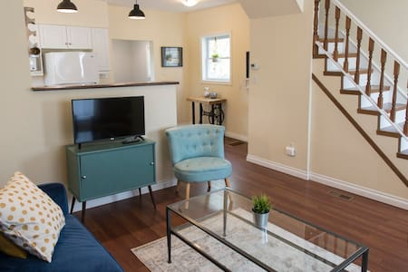 Beautiful, Cozy and Central: 2 Bedroom Home