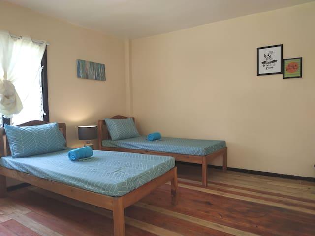 Comfortable Garden Room, Nelmann's NipaHut Barton