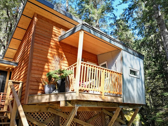 The bedroom cabin floating above the trees