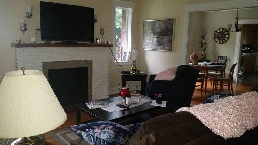 Comfy, sunny room 10 min from DC!