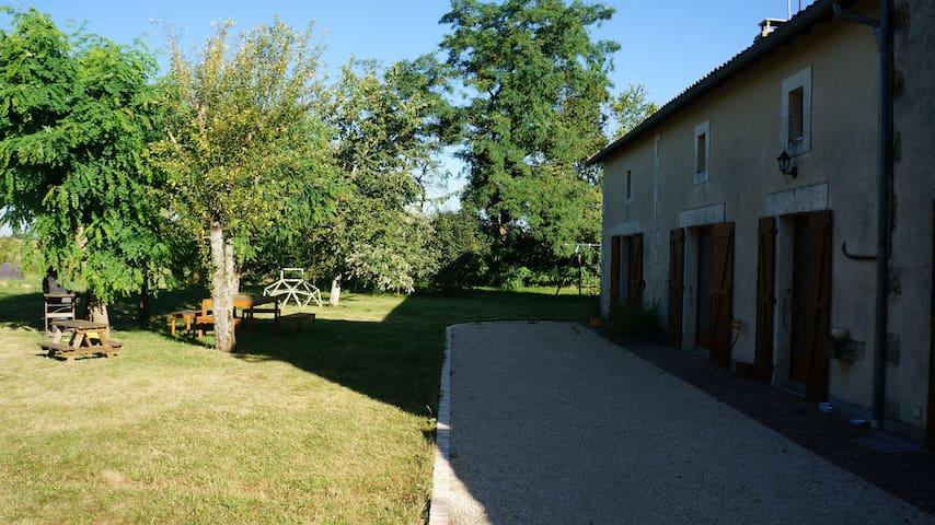 Maison confortable dans petit coin de verdure - Vivonne - Rumah