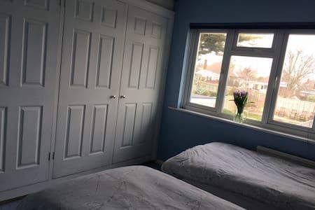 1 twin room ( take single bookings) - Portslade - Casa
