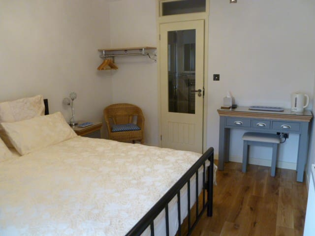 En-suite room. Walking distance to circuit