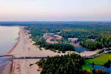 Элитный ЖК на берегу залива. Курортная зона. Лес.