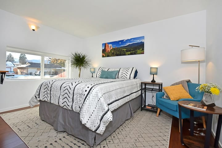 Sunny, Spacious, Modern Guest Suite