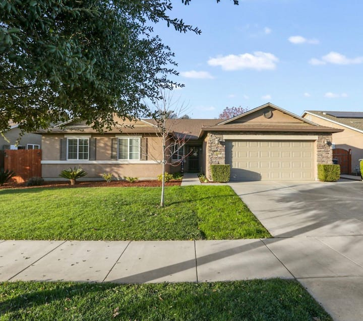 Newer Visalia 4 Bedroom Home. Free WiFi & Netflix.